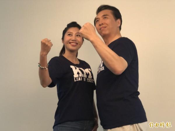 市議員參選人朱珍瑤(左)與市長參選人陳學聖(右)和拍定裝照。(記者陳昀攝)