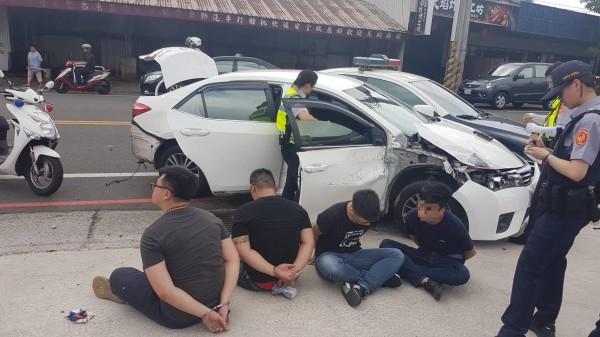 4名嫌犯有3人未成年,今上午在桃園市中壢區龍岡大操場進行毒品交易。(記者許倬勛翻攝)