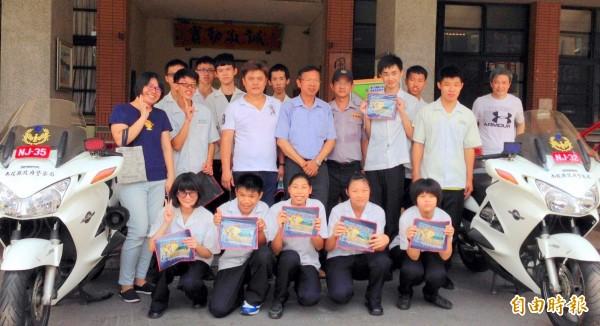 南投縣南投高商舉辦「機車考照成年禮」活動,師生們開心一起合照。(記者謝介裕攝)