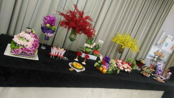 花卉畢業展的「謝師宴」,以花卉做成的壽司、水果盤、披薩、魚、蛋糕等。(台北花市提供)