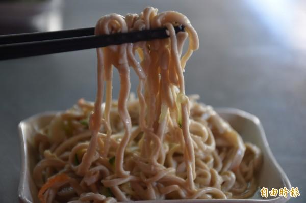 劉燕麗製作2款消暑小菜,分別是涼拌小黃瓜和涼拌豆腐絲。(記者邱灝唐攝)