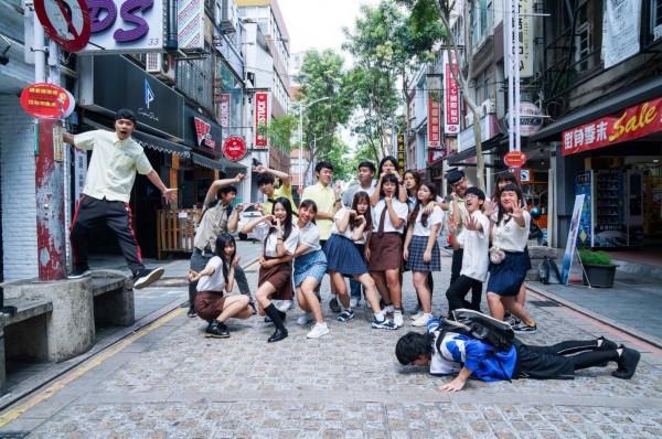參與「尬青春─中平商圈封街演唱會」的學生齊聚中平商圈拍攝宣傳照。(中平商圈發展協會提供)