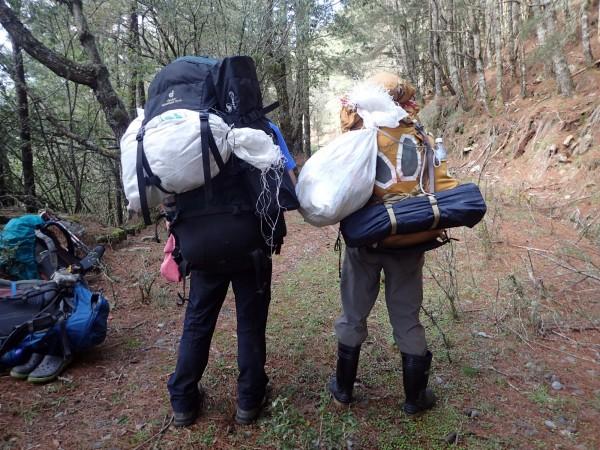 林憲卿與山友沿路撿拾垃圾下山。(黃健輝提供)