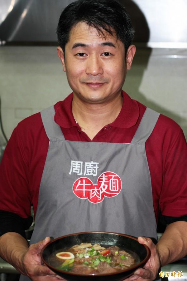 吳明星大學讀的是法律,由於對料理有濃厚興趣,6年前決定返鄉開牛肉麵店。(記者林欣漢攝)