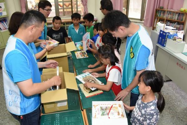 富邦愛心志工社捐書與小朋友整理圖書。(富邦慈善基金會提供)
