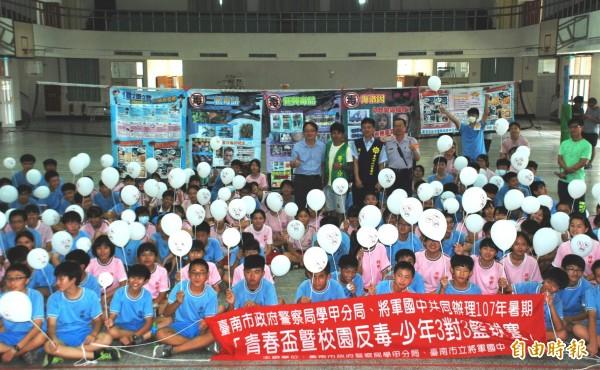 學甲分局舉辦反毒籃球賽,電影《角頭2》的演員張再興擔任「安居專案」反毒大使,和學生分享人生經歷。(記者楊金城攝)