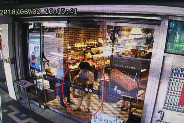 監視器拍下阮女沒有結帳就走出店門,後遭店員攔下。(記者徐聖倫翻攝)