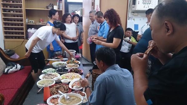 泰安派出所警察志工一人一菜,與員警同歡,一起提前慶祝警察節。(大甲分局提供)