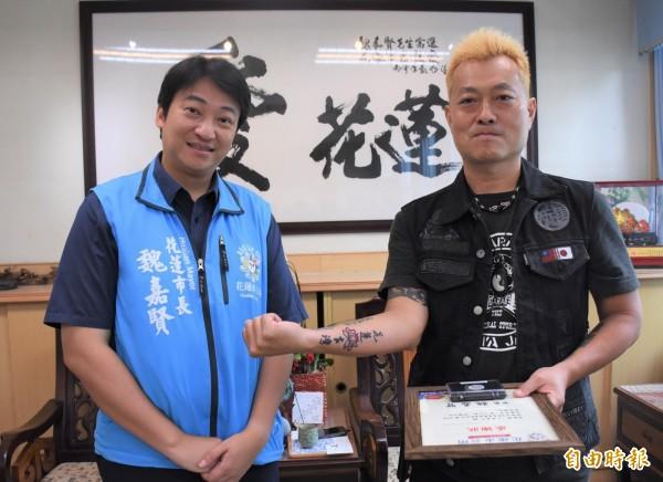 來自日本沖繩縣的小林晉平,秀出右手臂「花蓮台灣」刺青,象徵台、日2國堅定情誼。(記者王峻祺攝)