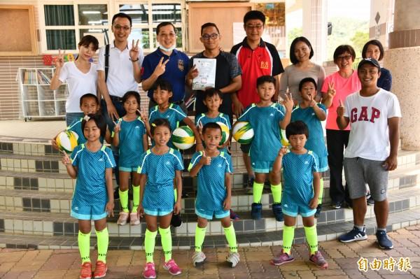 酒駕肇事名醫倪宗亨與恆春友人一起偏鄉送足球用具,校方相當感謝。(記者蔡宗憲攝)