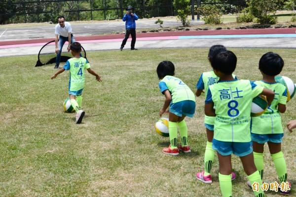 酒駕肇事名醫倪宗亨偏鄉送足球用具,與孩子玩足球。(記者蔡宗憲攝)