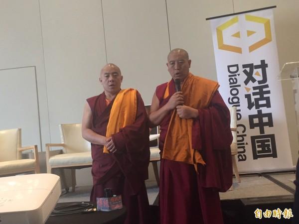 由王丹領導的智庫「對話中國」今天在華府成立,達賴喇嘛代表在場祈禱。(記者曹郁芬攝)
