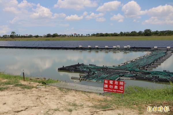 台南樹谷園區公滯一、二設置水域太陽能系統,堪稱全台最大的水域浮動式太陽能發電系統。(記者萬于甄攝)