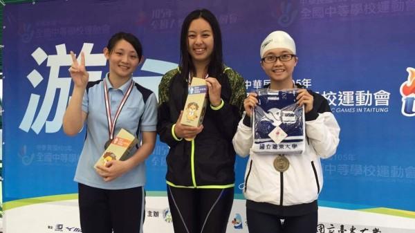 澤木直美(中)代表中原大學連續4年獲得全大運200公尺游泳仰式金牌,也是全大運這項紀錄保持人。(中原大學提供)