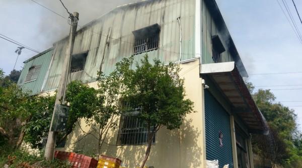 嘉義縣竹崎鄉沙坑村今早發生一棟2層樓住宅火警,消、警人員到場後在2層樓住宅救出一名嗆傷的男性。(圖由嘉義縣消防局提供)