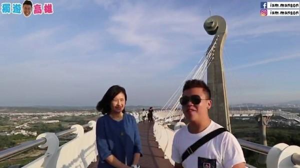 香港網紅(右)介紹崗山之眼,左為高雄市觀光局長曾姿雯。(記者葛祐豪翻攝)