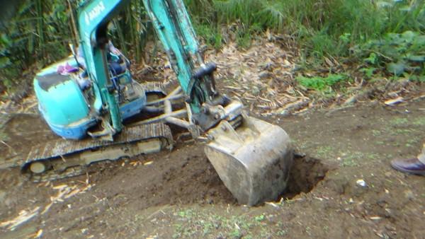 大里區某公司涉嫌掩埋金屬廢污泥,環保警察與保七員警開挖稽查。(記者楊政郡翻攝)