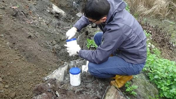 環保警察開挖後將泥土帶回檢驗,含矽量8%。(記者楊政郡翻攝)