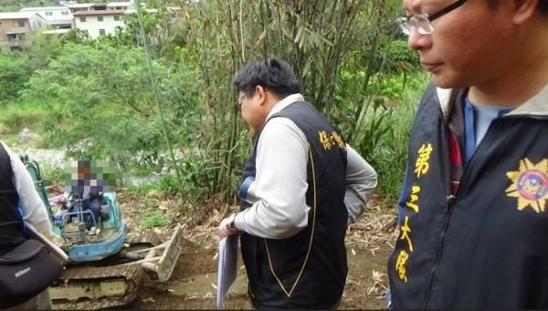 保七員警在旁觀察開挖情形。(記者楊政郡翻攝)