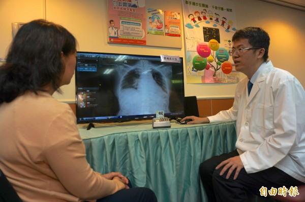 醫師曾崇芳示範,民眾到診所就醫,也查得到影像報告,就醫便利又安全。(記者蔡淑媛攝)