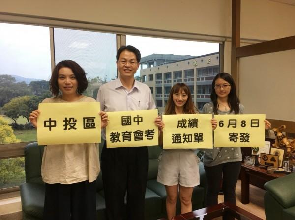國中教育會考中投考區主委張正彥(左2),提醒考生明天要確認有無收到成績通知單。(暨大附中提供)