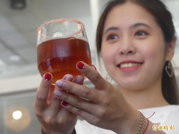 金門大學女生李雨珊赴廈門參加咖啡女神沖煮賽,用點綴杯緣的「跳跳糖」口感,比喻初戀時的怦然心動,讓她在創意的呈現,增加不少分數。(記者吳正庭攝)