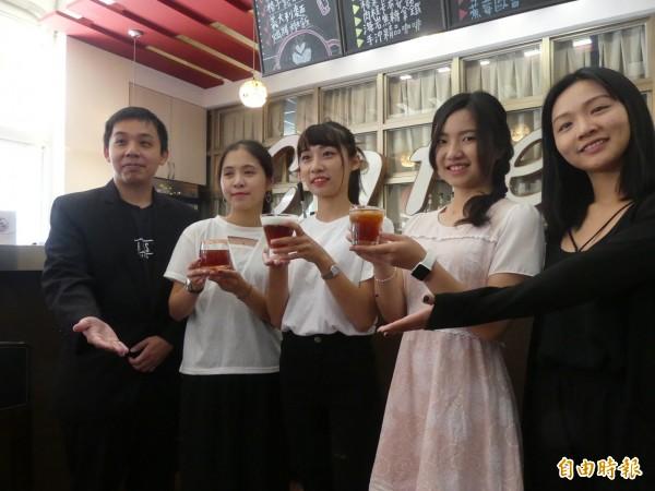 赴廈門參加咖啡女神沖煮賽的3名金門大學女生陳芳儒(右二起)、林毓芬、李雨珊,由老師胡凌雄(左一)陪同展示得獎的咖啡作品。(記者吳正庭攝)