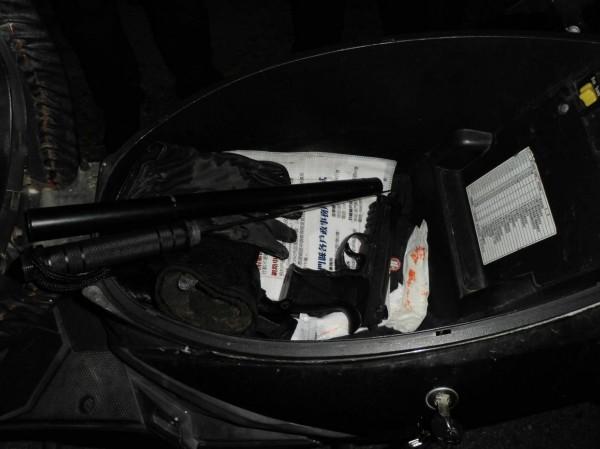 金湖分局金湖派出所日前在廖男機車置物箱裡查獲空氣槍及警棍刀。(金門警方提供)
