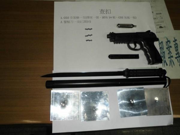 金湖分局金湖派出所將廖男機車置物箱起出的空氣槍、彈匣、小鋼珠、CO2氣瓶及警棍刀,列單存證。(金門警方提供)