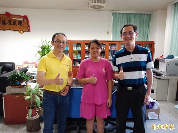 翁筱婷(中)自立自強,校長簡財源(左)與教務主任陳益倫高度肯定。(記者翁聿煌攝)