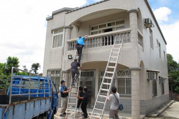 幹員直接攀梯直闖架設詐騙機房的透天厝進行搜索。(金門警方提供)