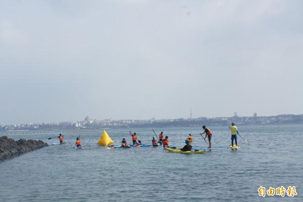 五德國小畢業典禮,今年鐵人三項全數在海上完成挑戰。(記者劉禹慶攝)