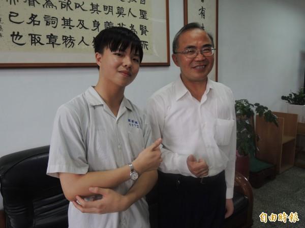宜蘭縣國華國中校長陳國章(右)稱讚馬詣翔(左)的好表現。(記者江志雄攝)
