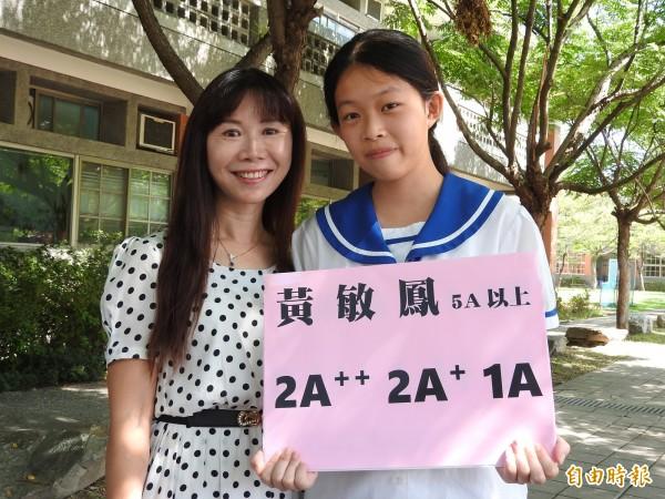 埔里宏仁國中黃敏鳳(右)克服家境困難,會考成績達5A6+,可望錄取第一志願台中女中,開心與校長李孟桂(左)慶功。(記者佟振國攝)