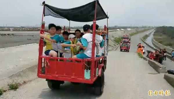 嘉義市大同國小學童到王功搭蚵車體驗採蚵樂趣。(記者陳冠備攝)