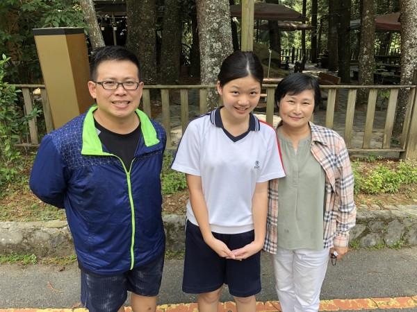 張雙雙國中教育會考5科A++及作文滿級分,班導李凌堯(左)和國文老師許雯喻(右)為她優異的成績感到開心。(圖精誠中學提供)