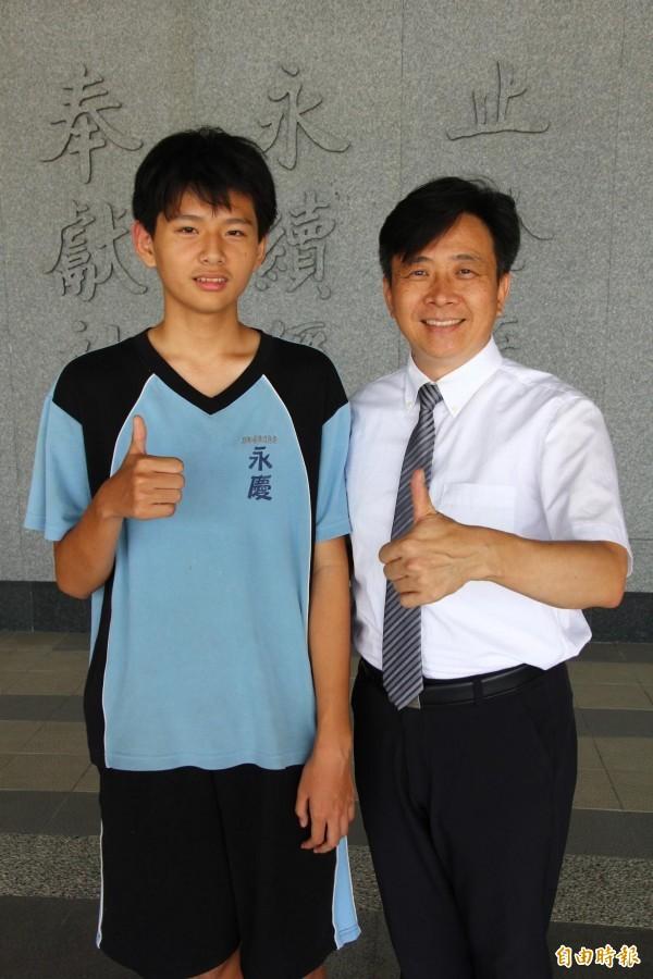 永慶高中國中部學生羅元里(左)與校長蘇淵源(右)。(記者林宜樟攝)