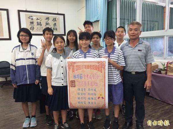 東海國中9位學生達5A以上成績。(記者張存薇攝)