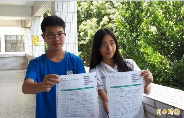 後甲國中3年級生張簡晴耘(右)、張庭梧(左)都考滿級分。(記者洪瑞琴攝)