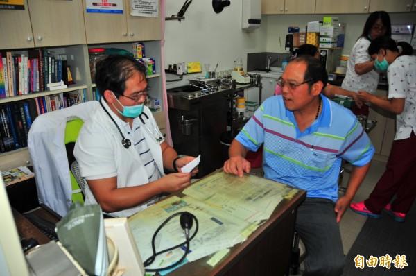 戴豐秋醫師(左)的小診所,是瑞穗鄉富源、富興村唯一的診所,每天診所都很忙碌,大多數病人不知道的是,戴醫師有一個咖啡夢,希望帶領部落族人種咖啡、發展部落咖啡經濟。(記者花孟璟攝)
