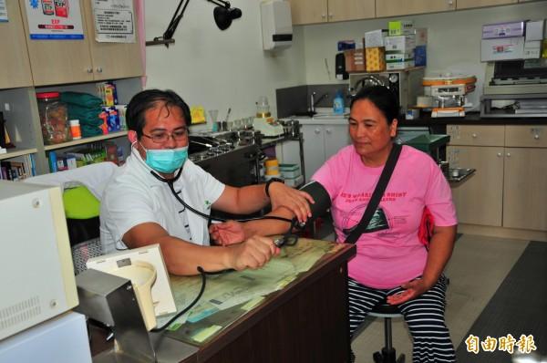 戴豐秋醫師在富源村開業已十年,因為村子只有這一家診所,也和村民有了感情,讓戴醫師一直捨不得離開這裡,假日他則把時間放在重光部落的山上種咖啡,奮鬥8年終於得到花縣咖啡評鑑金牌。(記者花孟璟攝)
