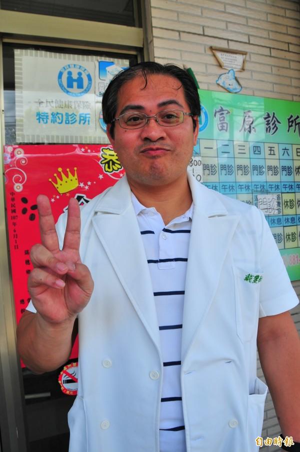 偏鄉小村的診所醫師戴豐秋,曾服務澎湖、蘭嶼等離島,看病十分細心,獲得病人肯定。(記者花孟璟攝)