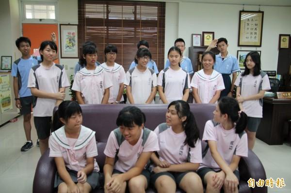 新竹縣成功國中滿級分學生中的黃子維(右)、洪彙程(左)同時舉手坦言他們迄今都沒有私人手機,這讓在場的其他同學們驚訝地忍不住回頭。(記者黃美珠攝)