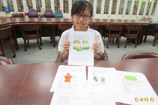 賴庭萱是有名的筆記公主,不葴私的她筆記整理成電腦版方便同學取經。(記者蘇孟娟攝)