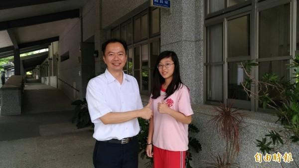 集集國中女學生江尚芸(右)會考考出5A++好成績,校長林彥良與有榮焉。(記者劉濱銓攝)