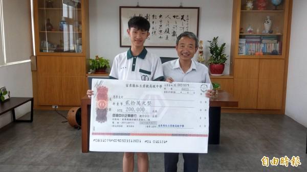 君毅中學陳羿均(左)(記者蔡政珉攝)