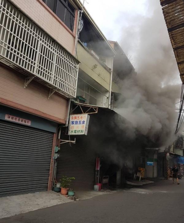 台中大里福大路,今天下午發生火警,現場不斷冒出濃煙,受困屋內的70歲屋主被發現時已身亡。(記者陳建志翻攝)