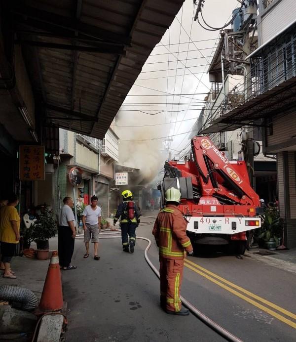 台中大里福大路今天下午發生火警,現場不斷竄出濃煙,消防人員獲報到場搶救中。(記者陳建志翻攝)