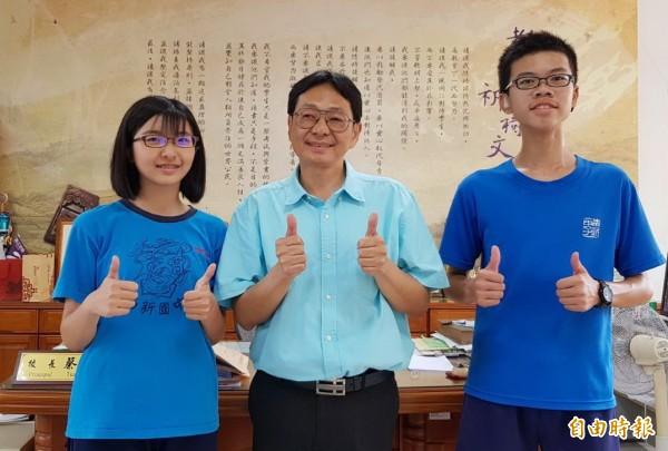 新營南新國中周馨惠(左)考5A++、作文6級分,另聽障生黃芃睿(右)考2A++、3A,校長蔡宗憲(中)比讚。(記者楊金城攝)