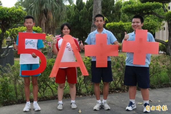 新營南光中學洪勝凱(左起)、施柔妤、黃翊豪、湯嘉彬考5A++。(記者楊金城攝)